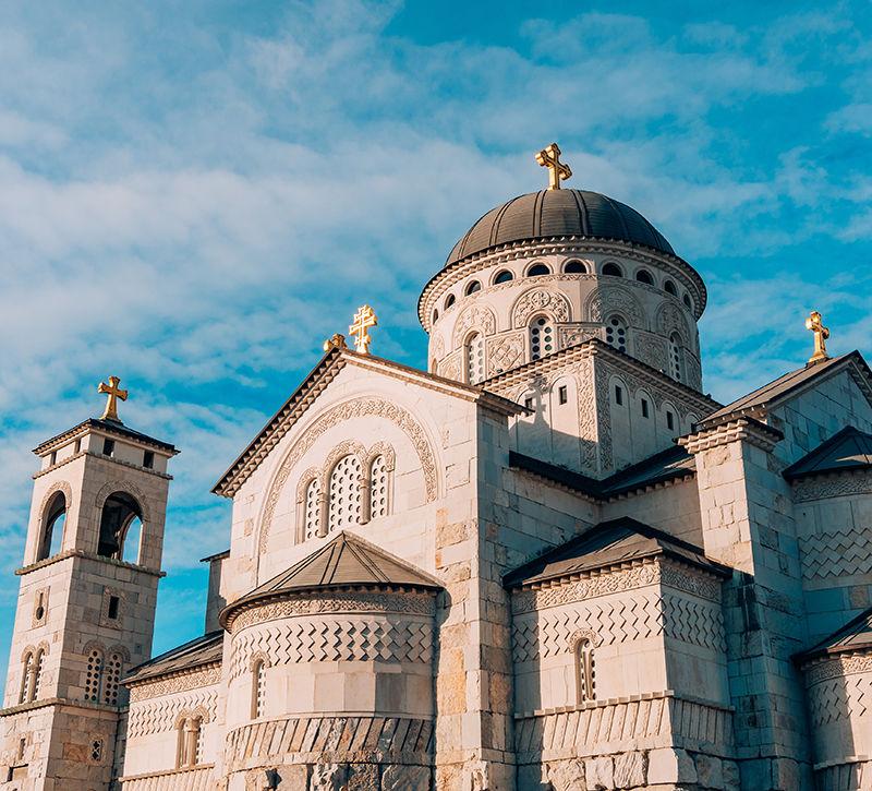 Montenegro Podgorica Auferstehungskirche  berge und meer