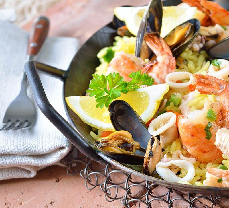spanien paella berge und meer