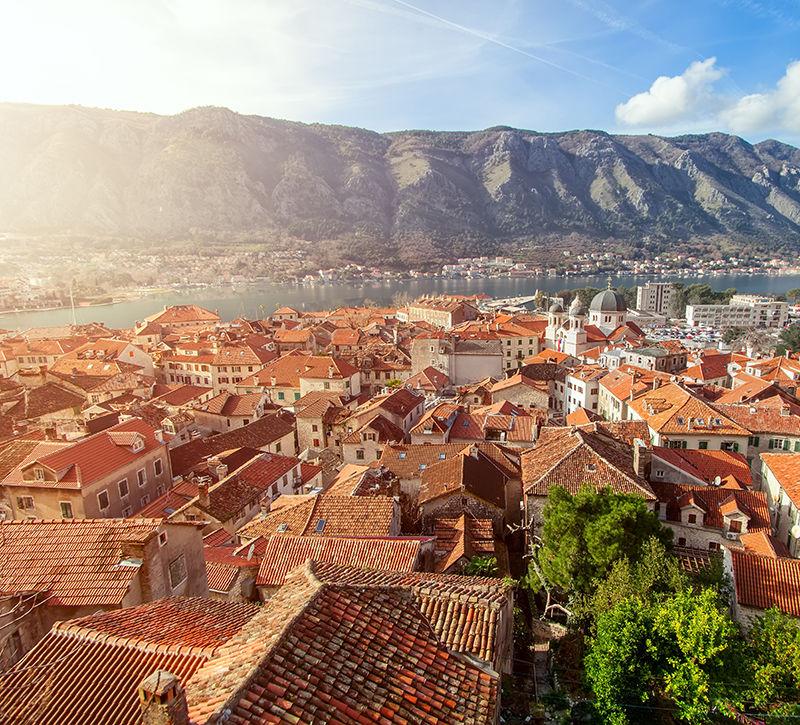 Montenegro Kotor Stadtansicht  berge und meer