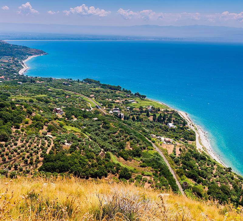 Italien Kalabrien kueste  berge und meer