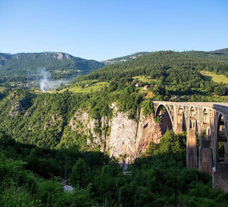 Montenegro Tara Schlucht Tara Bruecke  berge und meer