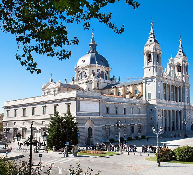 spanien madrid almudena kathedrale berge und meer