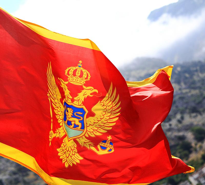 Montenegro Flagge  berge und meer