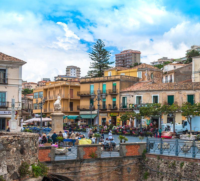 Italien Kalabrien Pizzo Altstadt  berge und meer