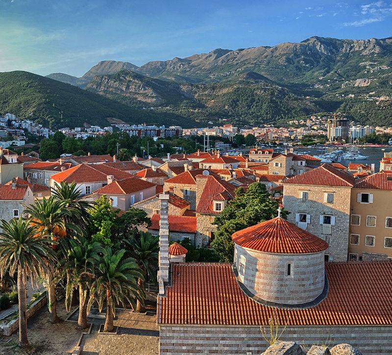 Montenegro Budva Stadtansicht mit Hafen  berge und meer