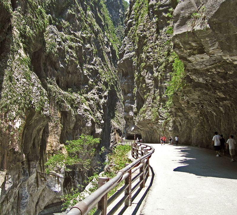taiwan tunnel of nine turns berge und meer