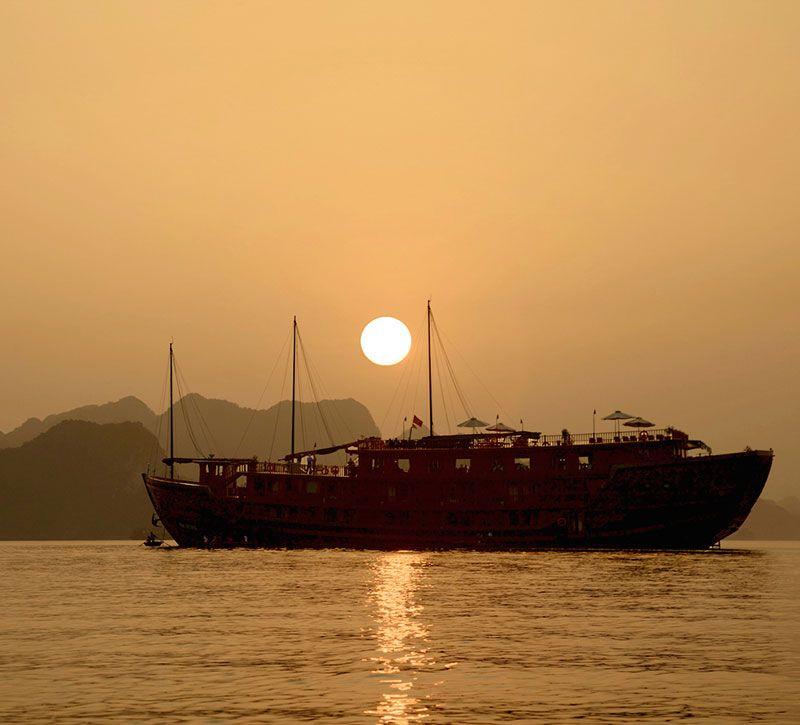 vietnam halong daemmerung boot berge und meer