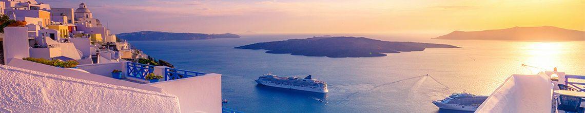 Kreuzfahrtschiff in der Abendsonne vor Santorini