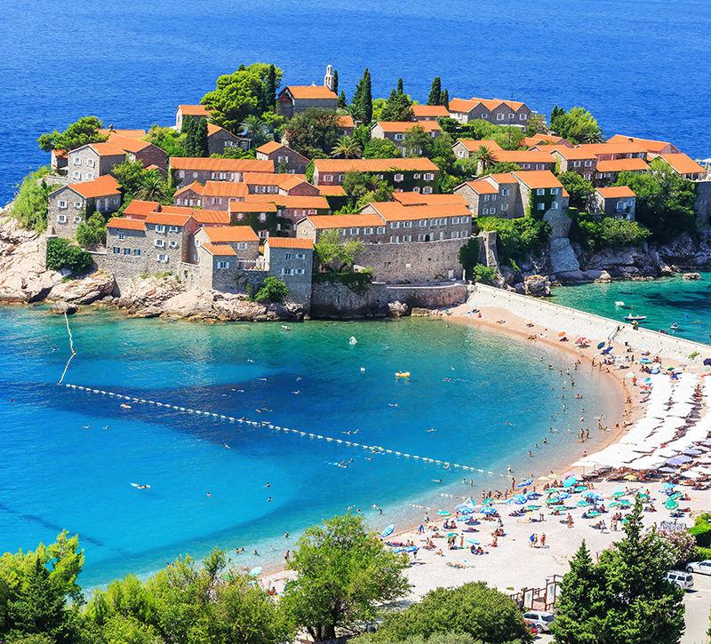 Montenegro Sveti Stefan Luftbild  berge und meer