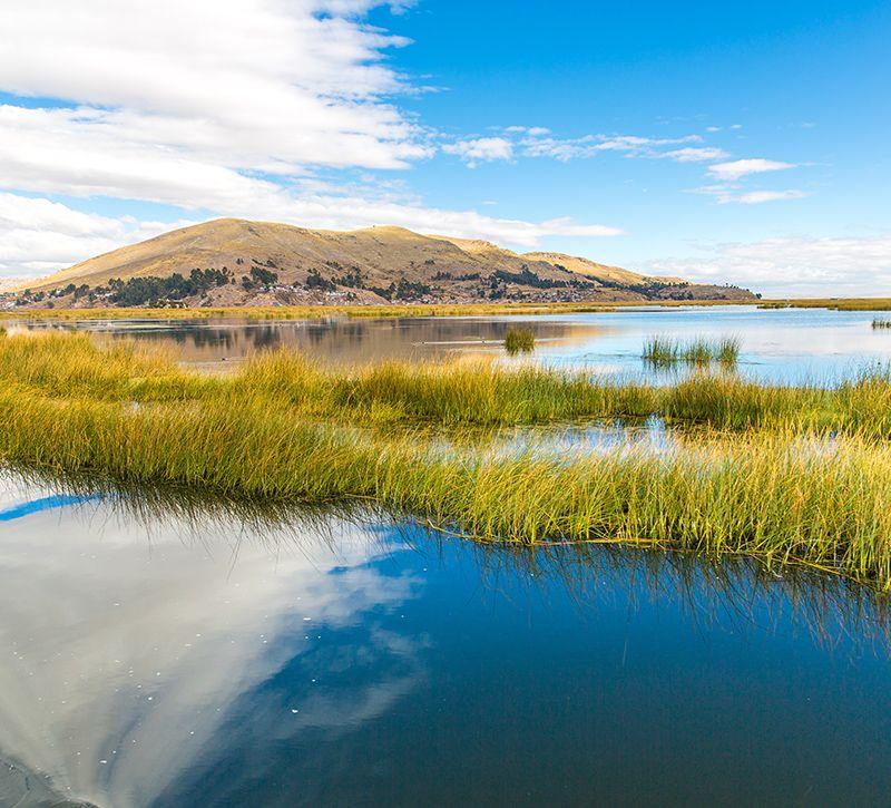 peru titicacasee berge und meer