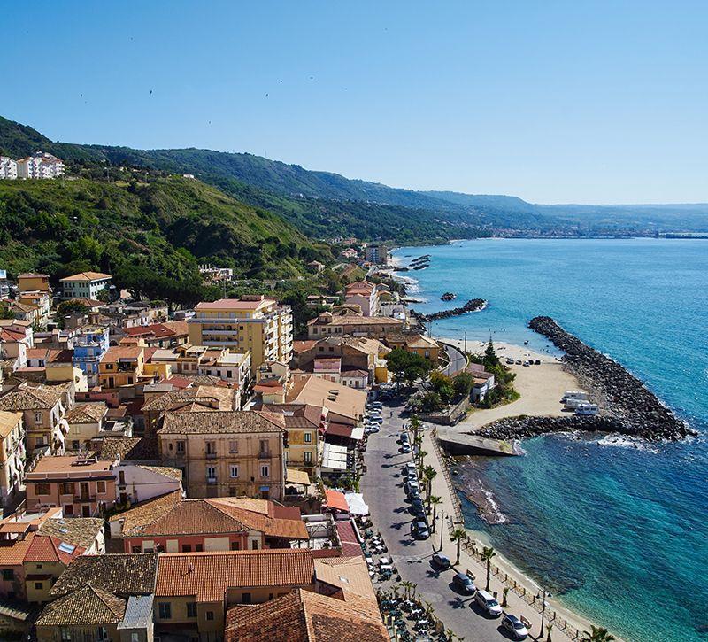 Italien Kalabrien Pizzo Stadtansicht  berge und meer