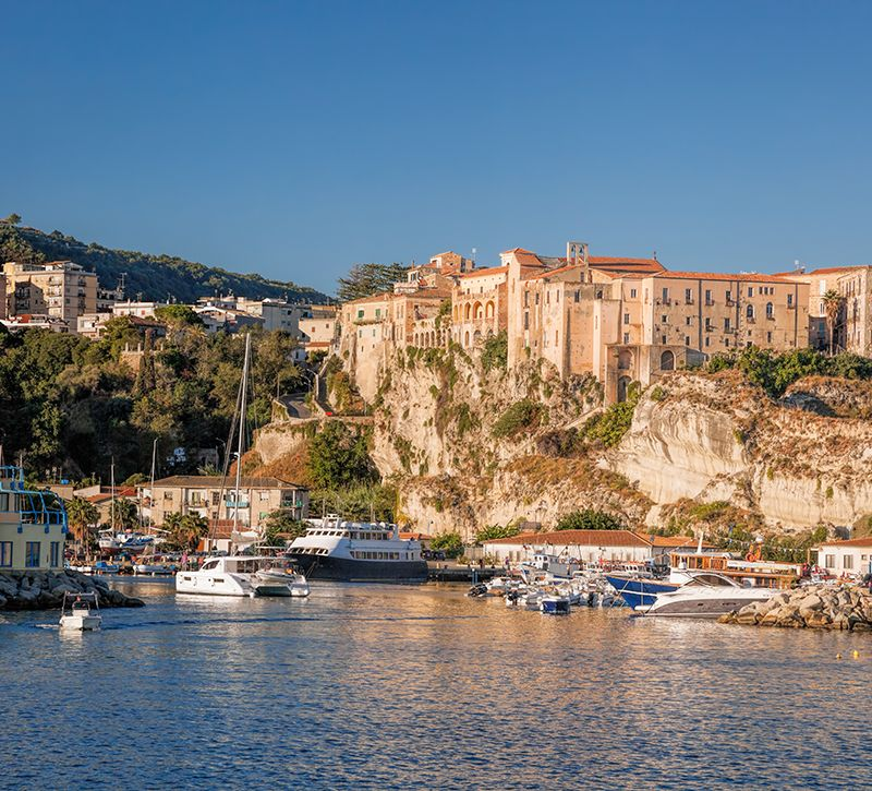 Italien Kalabrien Tropea Boote  berge und meer