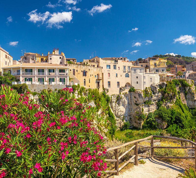Italien Kalabrien Tropea Stadtansicht  berge und meer