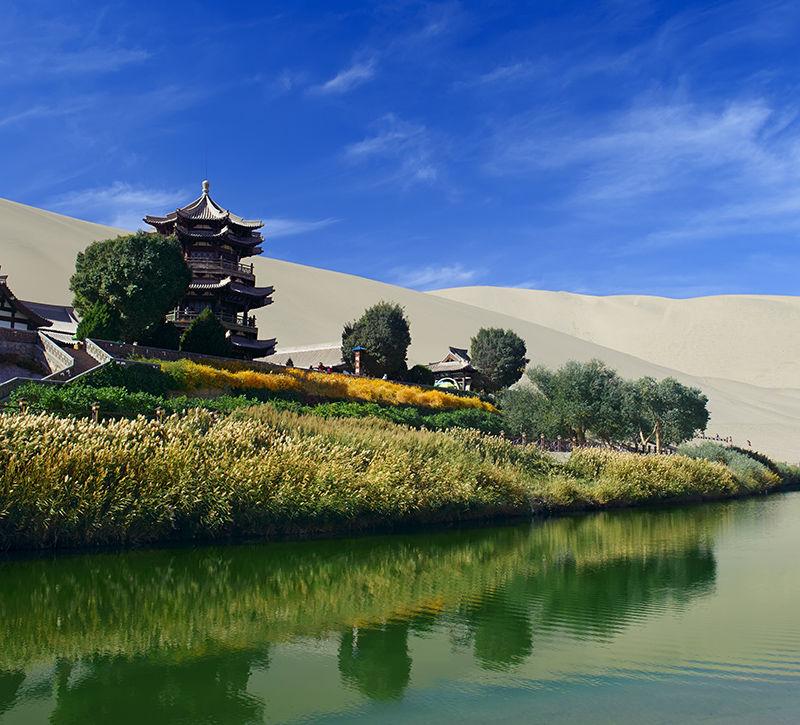 china-grotten-von-dunhuang-berge-und-meer
