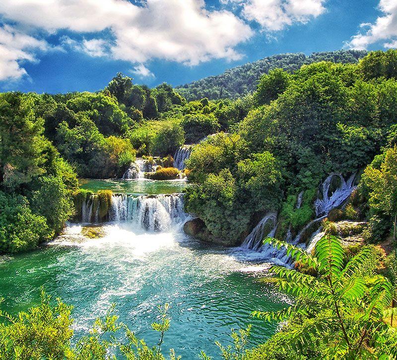 kroatien der krka nationalpark bei ibenik in kroatien mojolo berge und meer