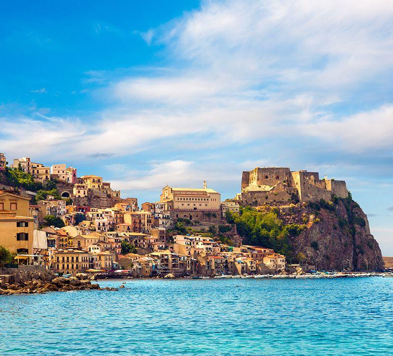 Italien Kalabrien Scilla Stadtansicht  berge und meer
