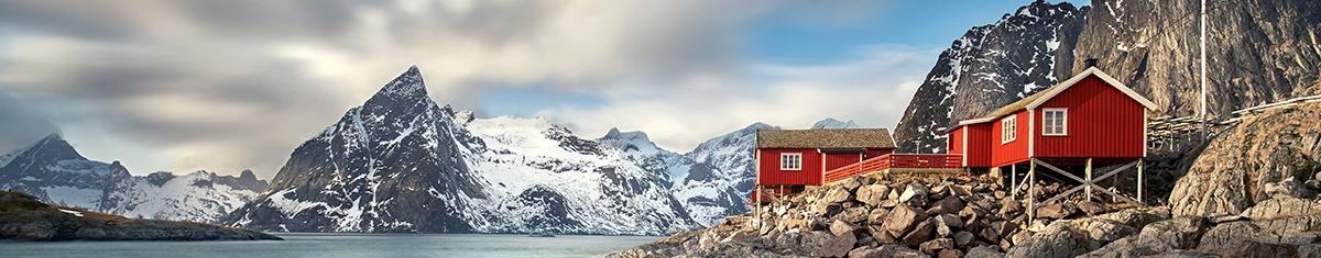 visa info norwegen lofoten haeuser rot berge und meer