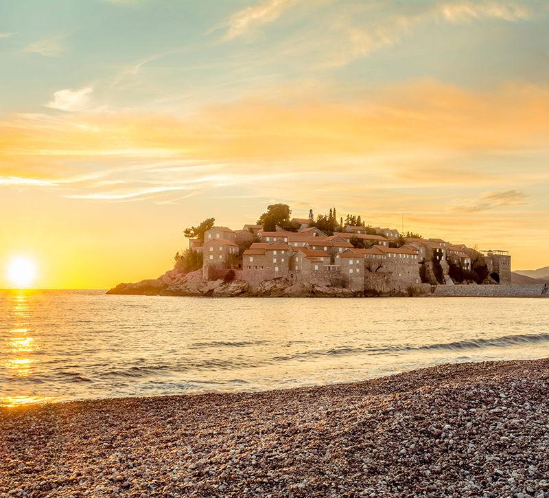 Montenegro Sveti Stefan Sonnenuntergang  berge und meer