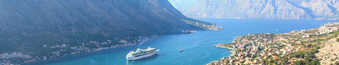 Bucht von Kotor mit Kreuzfahrtschiff