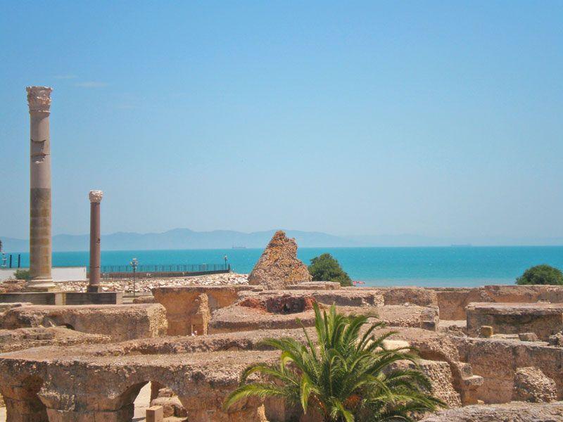 tunesien tunis ausbgrabungstaette berge und meer