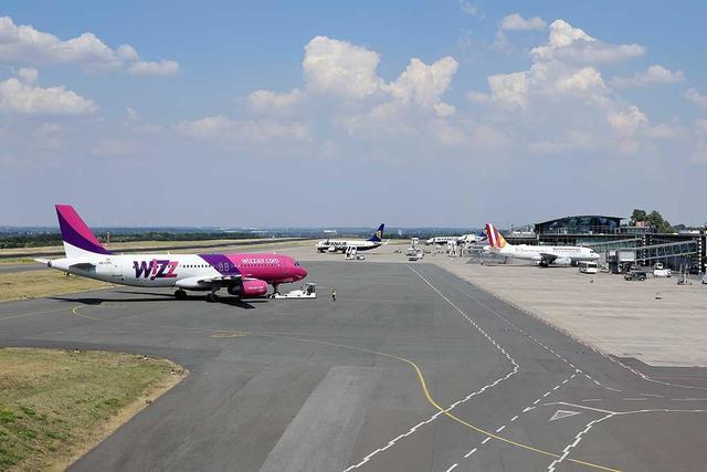 Flugzeuge der Fluggesellschaften Ryanair, Wizz Air und Germanwings auf dem Vorfeld des Dortmund Airport.