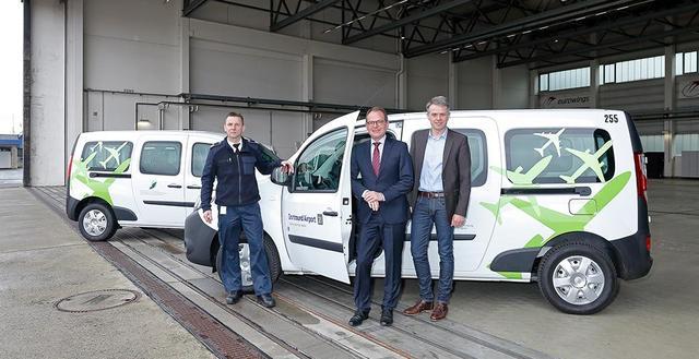 Flughafen-Geschäftsführer Udo Mager (Mitte), Prokurist Dietmar Krohne (rechts) und Jürgen Tautz, Leiter Fuhrparkmanagement (links) präsentieren die neuen E-Autos am Dortmund Airport