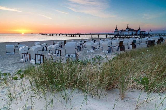 Sonnenuntergang am Strand von Usedom - inklusive Blick auf Strandkörbe und Meeresbrücke.