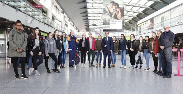 Flughafengeschäftsführer Udo Mager nimmt die Teilnehmerinnen des Girl`s Day am Dortmund Airport in Empfang.