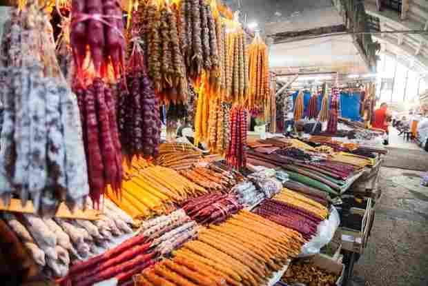 Marktstand in kutaissi mit churchkhela kerzenfoermige suessigkeit aus georgien
