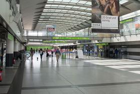 Blick ins Terminal des Dortmund Airport (Abflugebene) und auf den Bauzaun im westlichen Bereich.