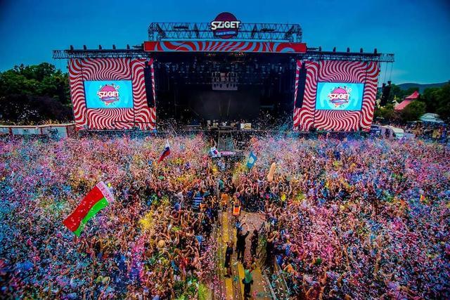 Menschenmenge vor einer Bühne auf dem Festival Sziget in Budapest