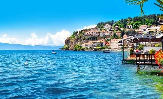 Foto der Stadt Ohrid am Ufer des Ohridsees in Mazedonien