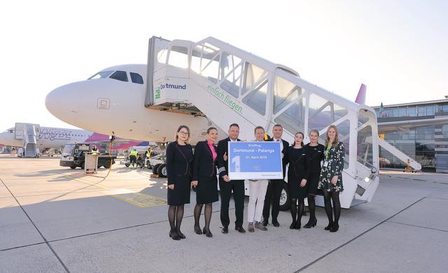 Zum Erstflug nach Palanga am 21.04.2019 begrüßen Guido Miletic, Abteilungsleiter Marketing & Sales am Dortmunder Flughafen, und Davina Ungruhe, Pressesprecherin, die Wizz Air-Crew auf dem Vorfeld des Dortmund Airport