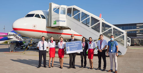 Guido Miletic begrüßt die Wizz Air-Crew beim Erstflug nach Zagreb am Dortmund Airport.