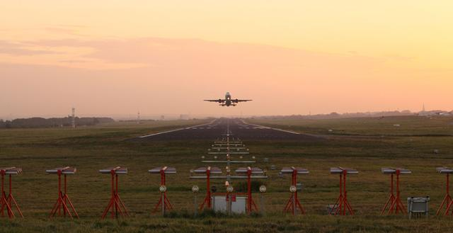 Flugzeug startet von Dortmund Airport