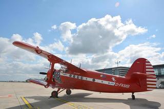 Der Rote Baron auf dem Vorfeld des Dortmunder Flughafens.