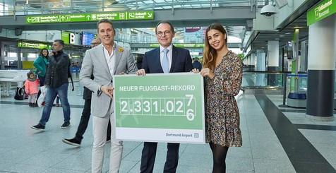 Passagierin Victoria Popp aus Berlin ist 2.331.027. am Dortmunder Flughafen