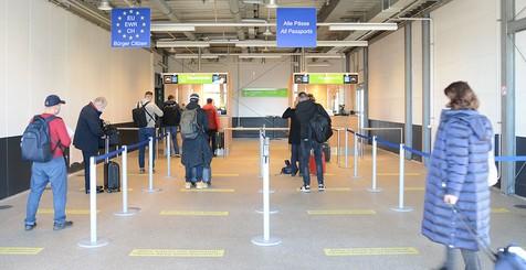 Die Bundespolizei am Flughafen Dortmund kontrolliert die Dokumente von einreisenden Passagiere an den Abstellpositionen 0-2.