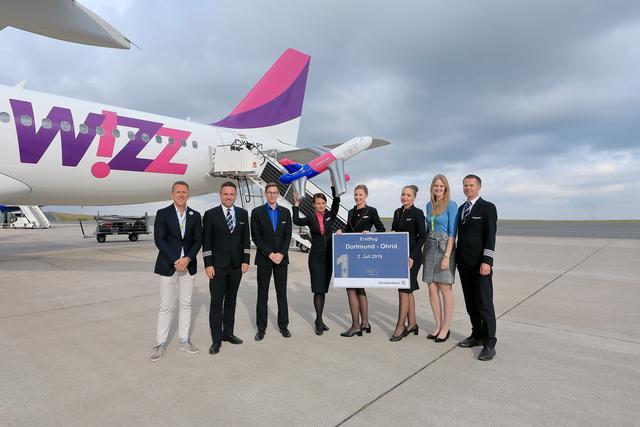 Guido Miletic, Abteilungsleiter Marketing & Sales am Dortmund Airport, und Flughafen-Pressesprecherin Davina Ungruhe begrüßten die Wizz Air-Crew zum Erstflug von Dortmund nach Ohrid.