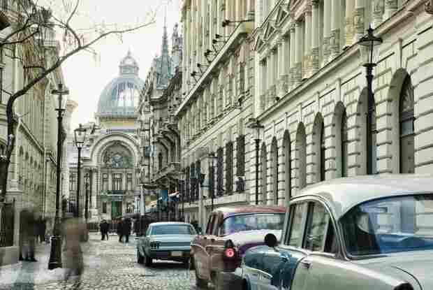 Bucharestoldcitywithvintagecarsonstreet