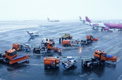 Winterdienstgeräte im Einsatz auf dem Vorfeld des Dortmund Airport