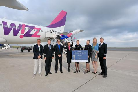 Guido Miletic, Head of Marketing & Sales at Dortmund Airport, and Airport Spokeswoman Davina Ungruhe welcomed the Wizz Air crew on their first flight from Dortmund to Ohrid. Photo: Hans Jürgen Landes