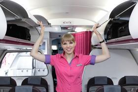 Flubegleiterin von Wizz Air schließt Gepäckklappen