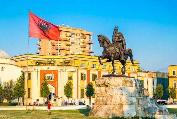 Der Platz Skanderbeg mit der großen Reiterstatue.