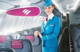 Eine Flugbegleiterin der Eurowings-Fluggesellschaft