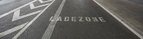Ladezonenmarkierung   auf Straße vor Terminalgebäude