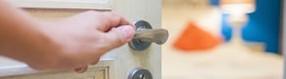Tür zum Hotelzimmer   wird geöffnet