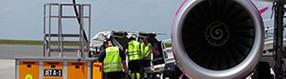 Bodenpersonal prüft   Flugzeug
