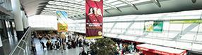 Werbebanner im   Terminalgebäude