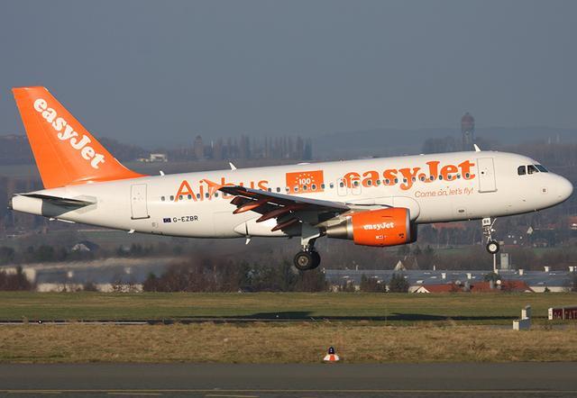 Maschine von easyJet   kurz vor Landung